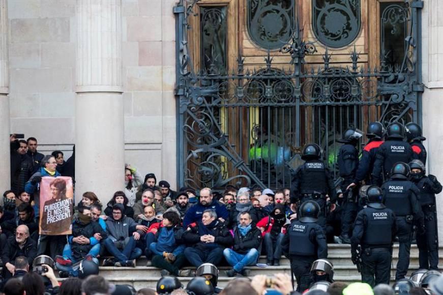 Piden prisión para independentistas que bloquearon los accesos al Tribunal el 23-F