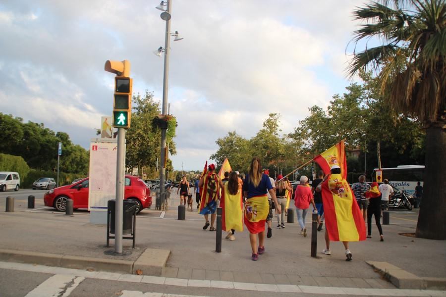 Las españolas liberan Alella cantando «En pie si eres español» y tumbando lazos amarillos