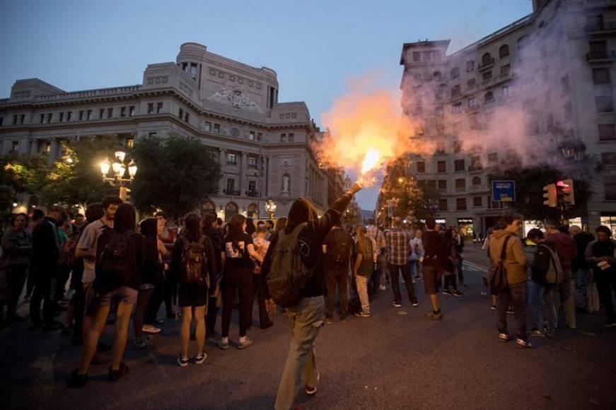 Porras de los Mozos contra independentistas para proteger a Policía Nacional y Parlamento