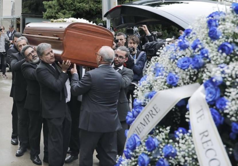 Una gran ovación y «Ave María» despide a Montserrat Caballé en Barcelona
