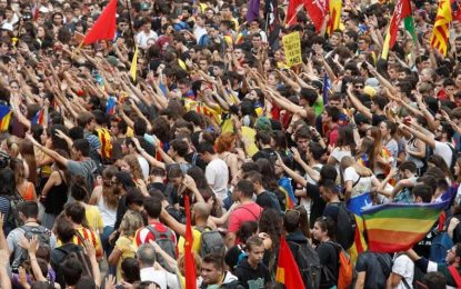 """13 mil estudiantes adoctrinados exigen la """"expulsión"""" de españoles en Cataluña y su república"""