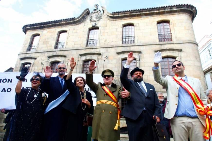 Ultraizquierda e independentistas se disfracen de Franco y Rey y se burlen de la historia