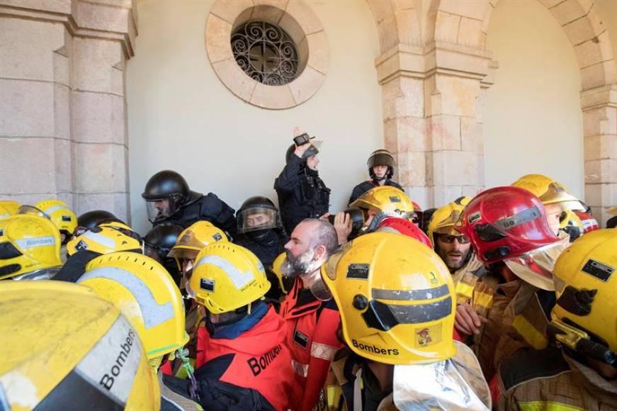 Detenido un Bombero por saltar el cordón policial de los Mozos ante el 'Parlament'