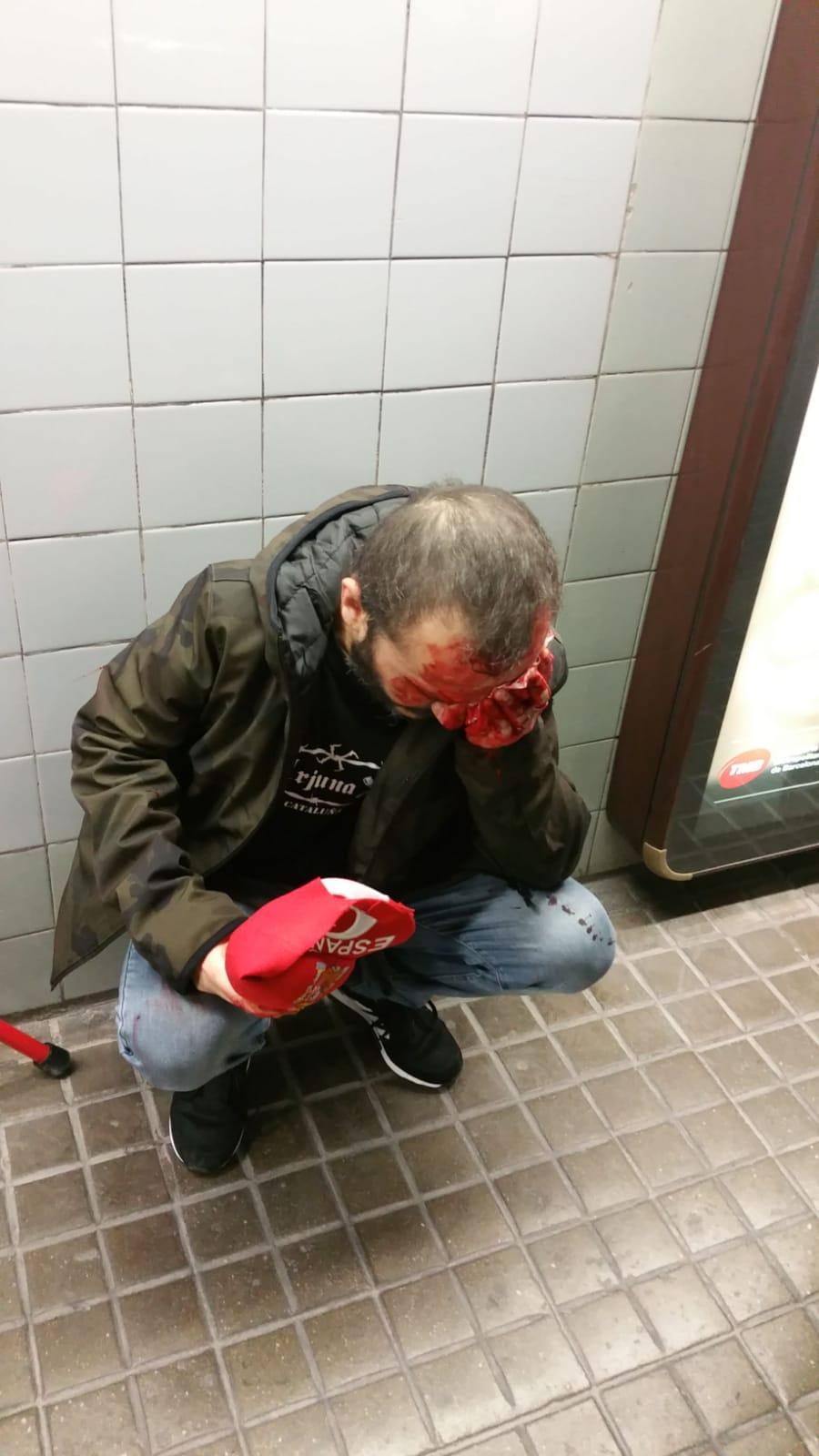 Independentistas empujan por la espalda a un español a las escaleras del metro de Barcelona