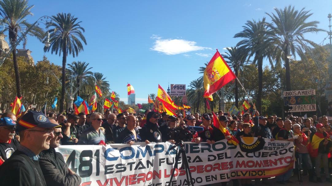 """Miles de personas desafían al miedo en Barcelona a gritos de """"Sánchez dimisión"""""""