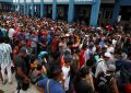 Miles de venezolanos huyen de la pobreza a pie para refugiarse en Perú