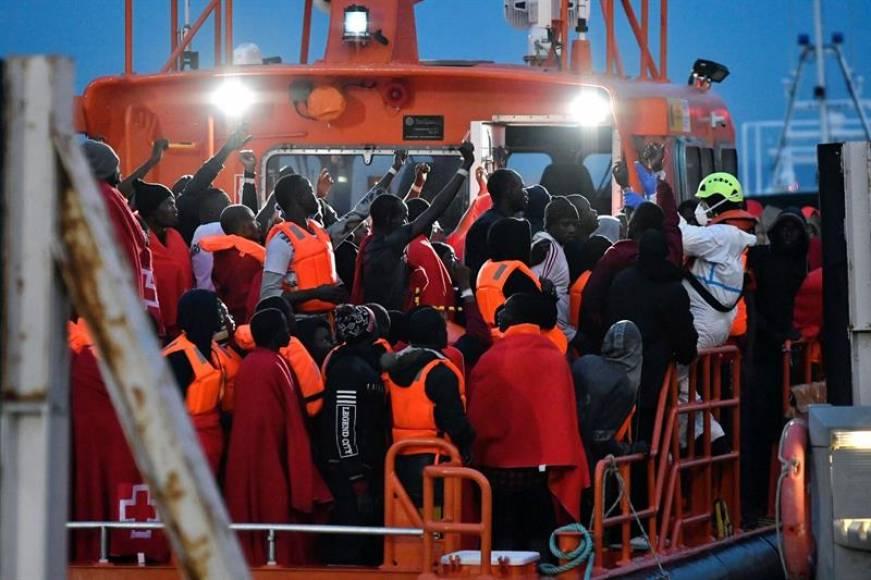 Llegan a España inmigrantes subsaharianos y marroquíes con puños arriba