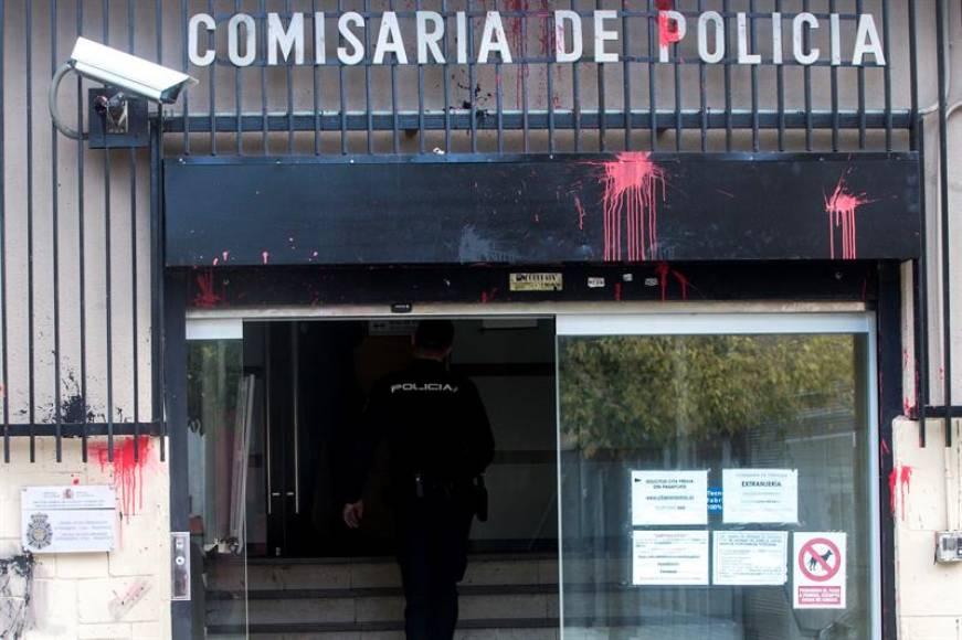 Independentistas atacan la Policía Nacional de Terrasa (Barcelona)