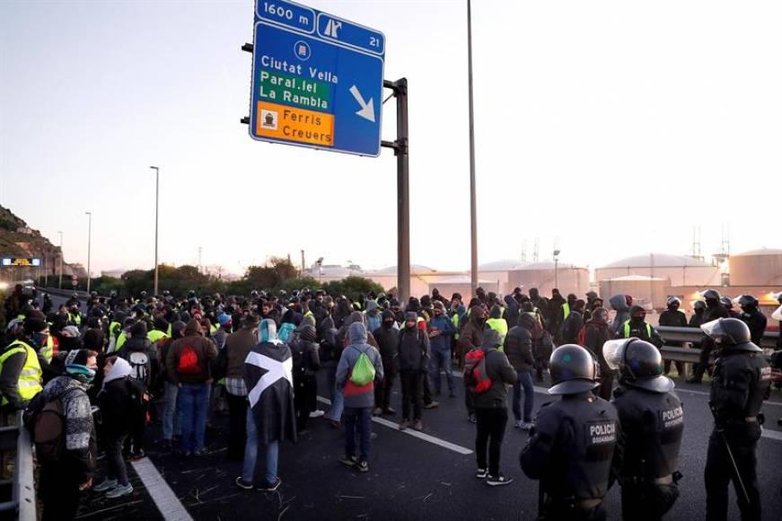 Encapuchados independentistas cortan decenas de carreteras contra Sánchez y España