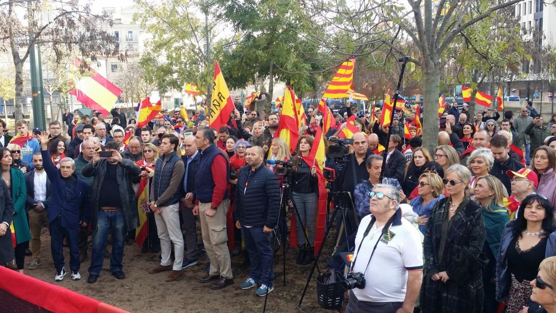 Miles de personas festejan el «Día de la Constitución» en Gerona con banderas de España
