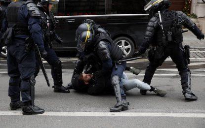"""Francia detiene a un millar de """"chalecos amarillos"""" por su guerrilla urbana"""