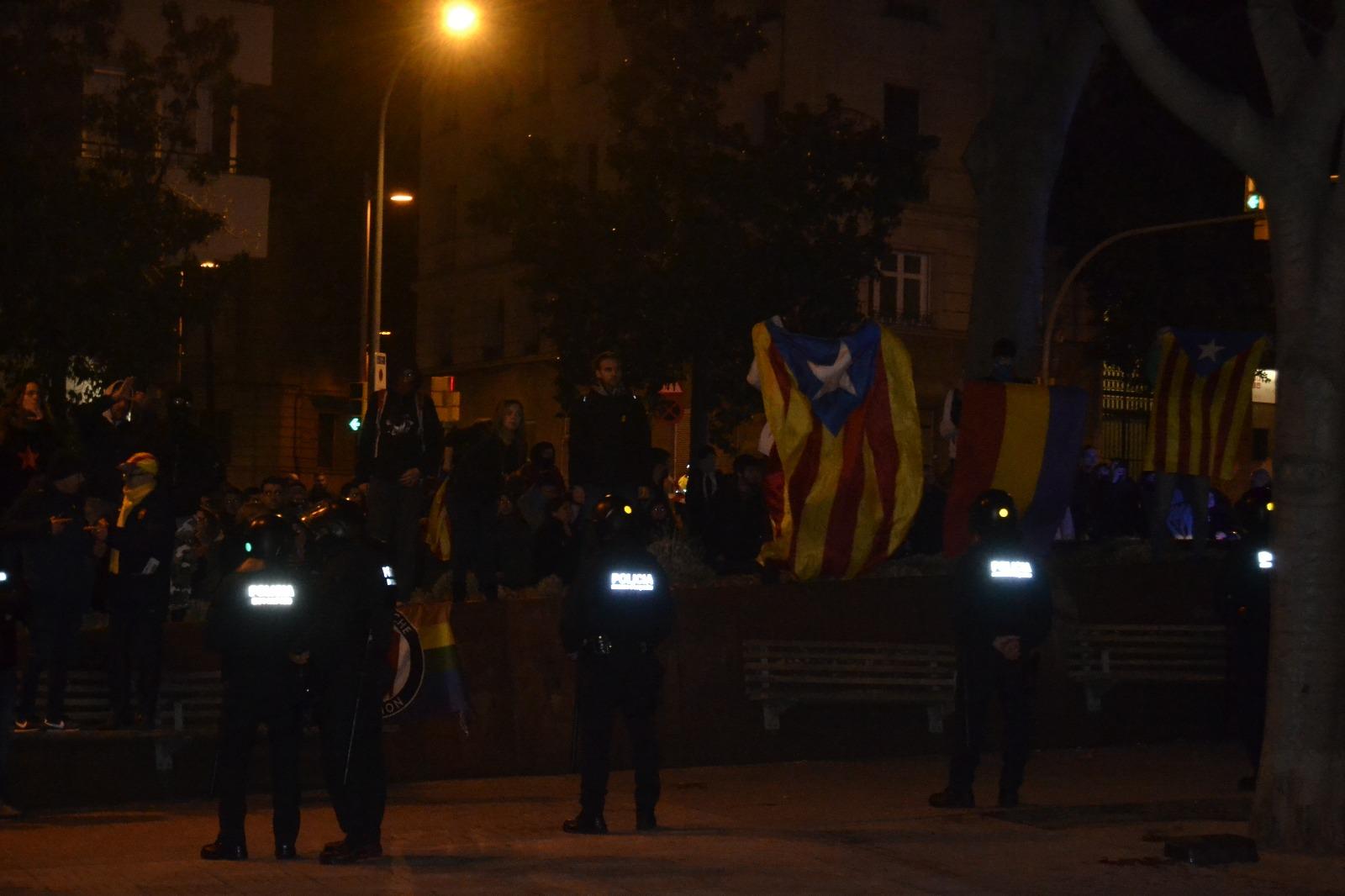 """VOX, evacuado en """"cápsula"""" de Mozos ante ataques de la ultraizquierda e independentismo"""