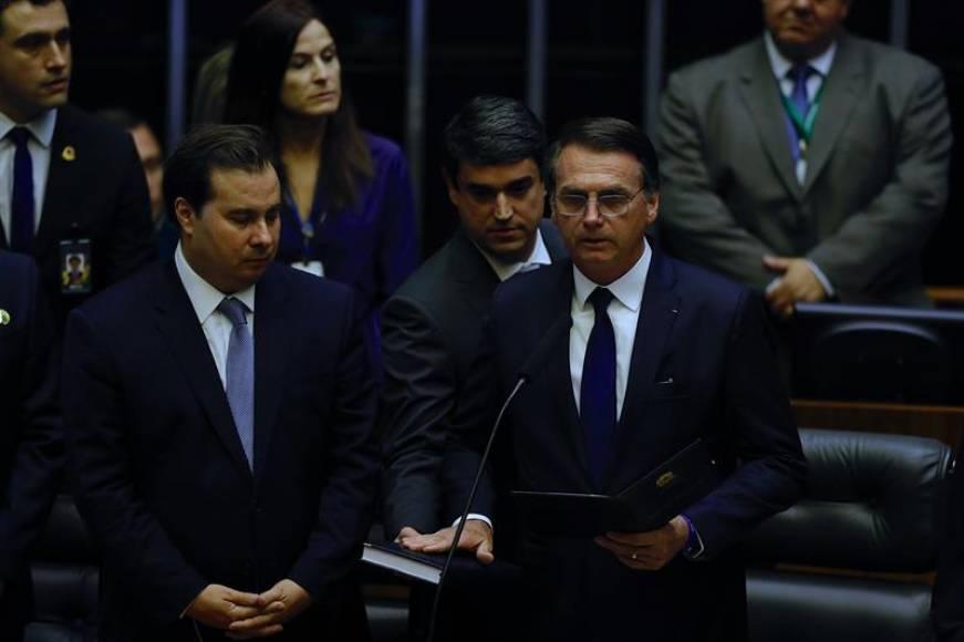 """Jair Bolsonaro jura por la """"Patria, Dios, servir al pueblo y acabar con el socialismo en Brasil"""""""