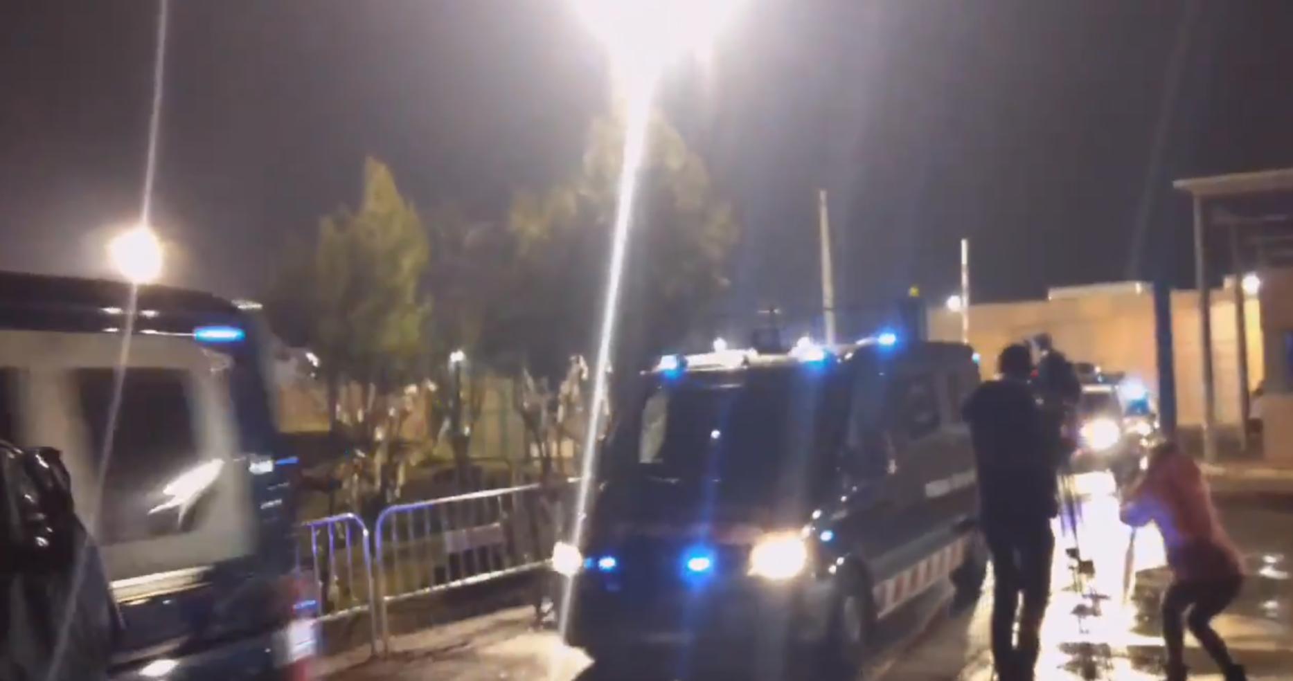 Los Mozos entregan los presos del 'Procés' a la Guardia Civil rumbo a Madrid