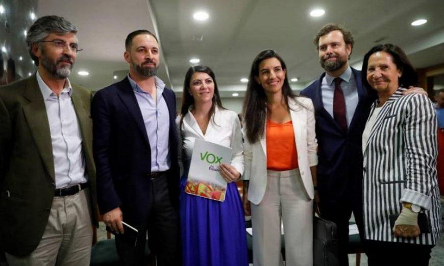 Vista del presidente de Vox, Santiago Abascal (2i), la presidenta del partido político Vox. Efe