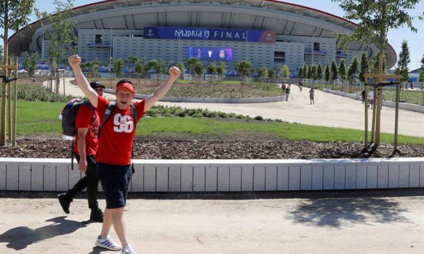 FOTOGRAFÍA. MADRID (ESPAÑA), 31.05.2019. Aficionados del Liverpool, que mañana sábado disputa la final de la Liga de Campeones frente al Tottenham, ante el estadio Wanda Metropolitano. Efe