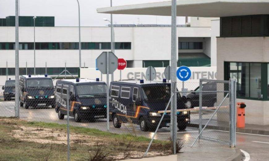FOTOGRAFÍA. ARCHIDONA (MÁLAGA) ESPAÑA, AÑO 2018. Furgones de la Policía Nacional en el Centro de Internamiento de Extranjeros (CIE) de Archidona (Málaga). Efe.