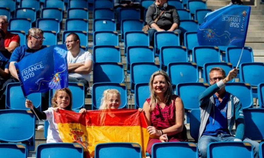 FOTOGRAFÍA. Aficionadas españolas de corta edad animan a España en la grada. Efe.