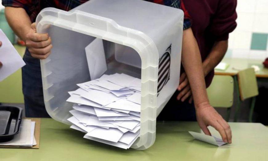 FOTOGRAFÍA. BARCELONA (CATALUÑA) ESPAÑA, 0.12.2017. Recuento de papeletas en uno de los colegios de Barcelona a la finalización de la jornada de referéndum ilegal. Efe
