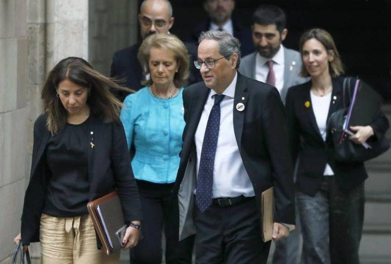 FOTOGRAFÍA. BARCELONA (ESPAÑA), 11.07.2019. El presidente de la Generalidad de Cataluña, Quim Torra (c) acompañado por parte de su ejecutivo se dirige a la reunión. Efe