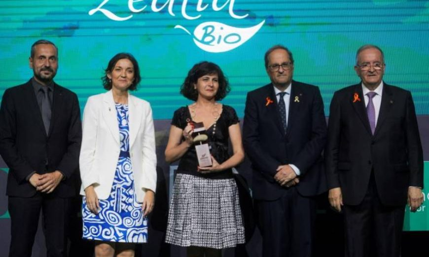 FOTOGRAFÍA. BARCELONA (ESPAÑA), 17.07.2019. Zealia Bio posa con el premio a la microempresa más competitiva junto al vicepresidente de PIMEC. Efe