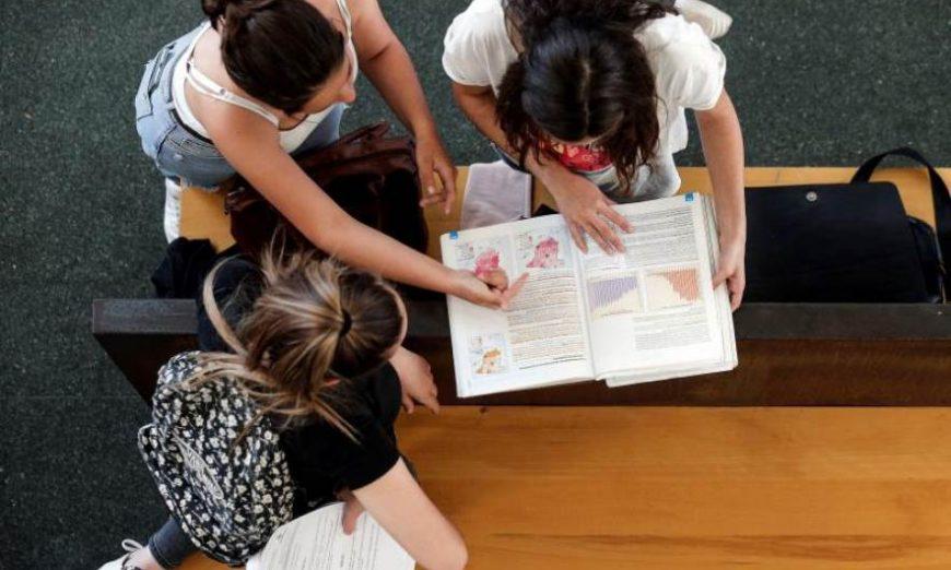FOTOGRAFÍA. ESPAÑA, AÑO 2018. Varias jóvenes consultan sus respuestas tras uno de los exámenes de selectividad. Efe
