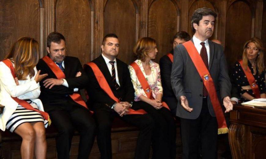 FOTOGRAFÍA. HUESCA (ESPAÑA), 15.07.2019. El alcalde socialista de Huesca, Luis Felipe, investido sin mayoría absoluta por desacuerdo entre las tres derechas (VOX, PP y Cs). Efe.