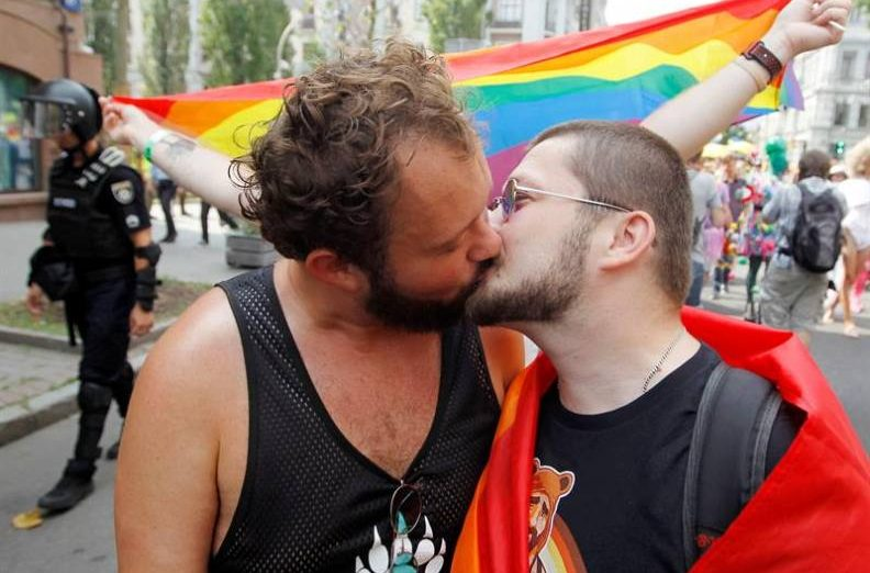 FOTOGRAFÍA. KIEV (UCRANIA), 23.07.2019. Vista de dos varones homosexuales besándose con el motivo del día del orgullo gay hoy en Kiev (Ucrania). Efe