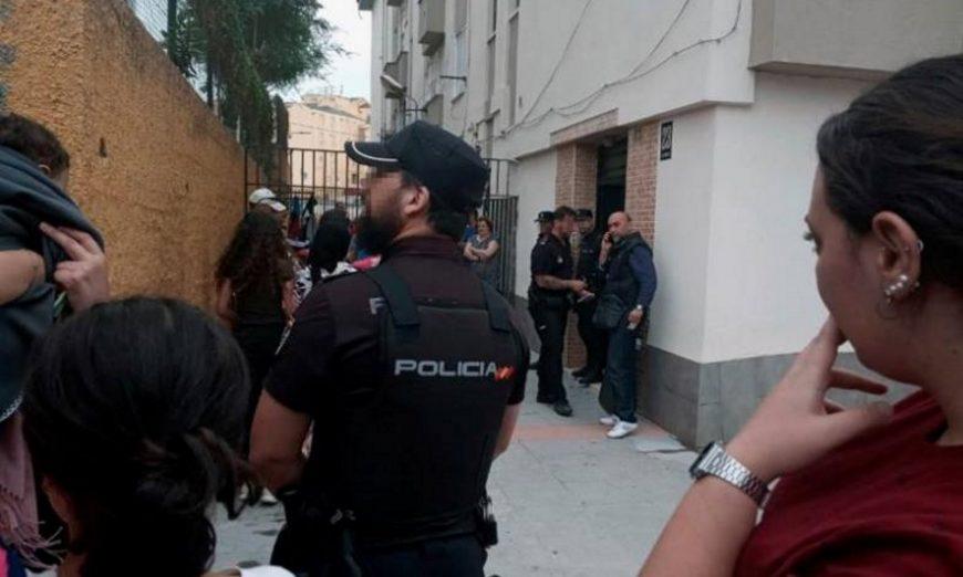 FOTOGRAFÍA. LOS ROSALES (CEUTA) ESPAÑA, 12.07.2019. La Policía Nacional y los vecinos en la barriada de Los Rosales, en Ceuta, donde un agente de la Guardia Civil. Efe