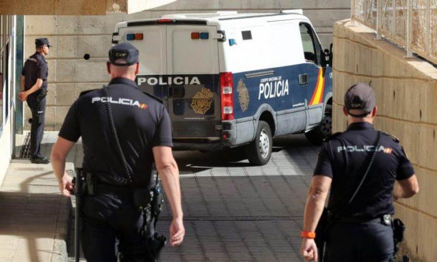 FOTOGRAFÍA. MÁLAGA (ESPAÑA), AÑO 2019. Vista de los agentes del Cuerpo Nacional de Policía cerca de un furgón policial. Efe.