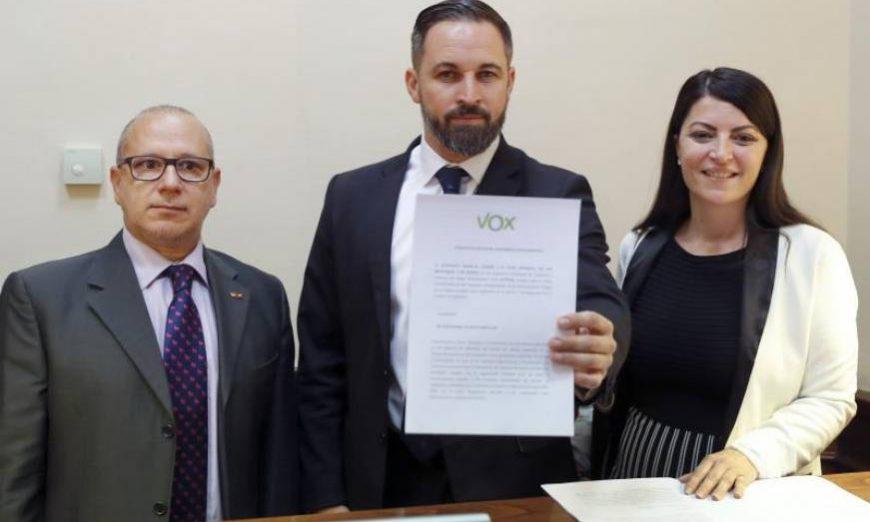 FOTOGRAFÍA. MADRID (ESPAÑA), 03.06.2019. El líder de Vox, Santiago Abascal (c), junto a la secretaria general del grupo parlamentario, Macarena Olona (d). efe