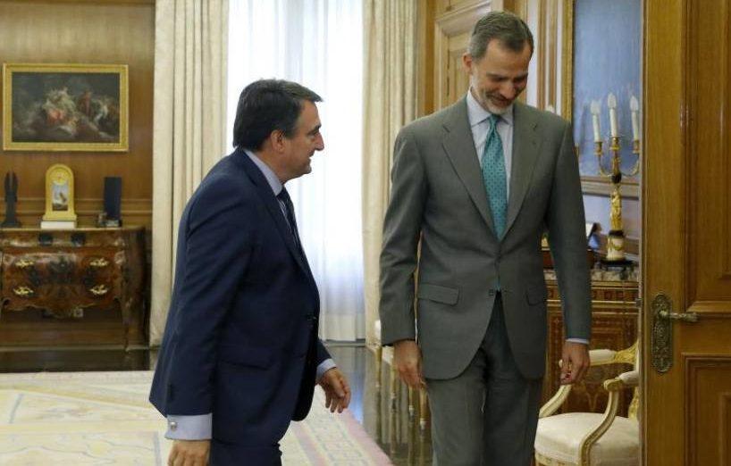 FOTOGRAFÍA. MADRID (ESPAÑA), 05.06.2019. El rey Felipe VI recibe al portavoz del PNV en el Congreso, Aitor Esteban (i), esta tarde en el Palacio de la Zarzuela. Efe