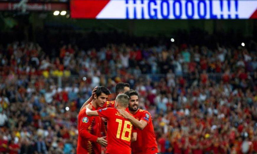 FOTOGRAFÍA. MADRID (ESPAÑA), 10.07.2019. El delantero de la selección española Álvaro Morata (i) celebra con sus compañeros tras marcar el segundo gol ante Suecia. Efe