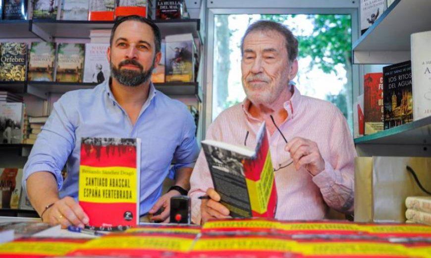 FOTOGRAFÍA. MADRID (ESPAÑA), 16.07.2019. El presidente de Vox, Santiago Abascal (i), que ha firmado este domingo, junto a Fernando Sánchez Drago. Efe