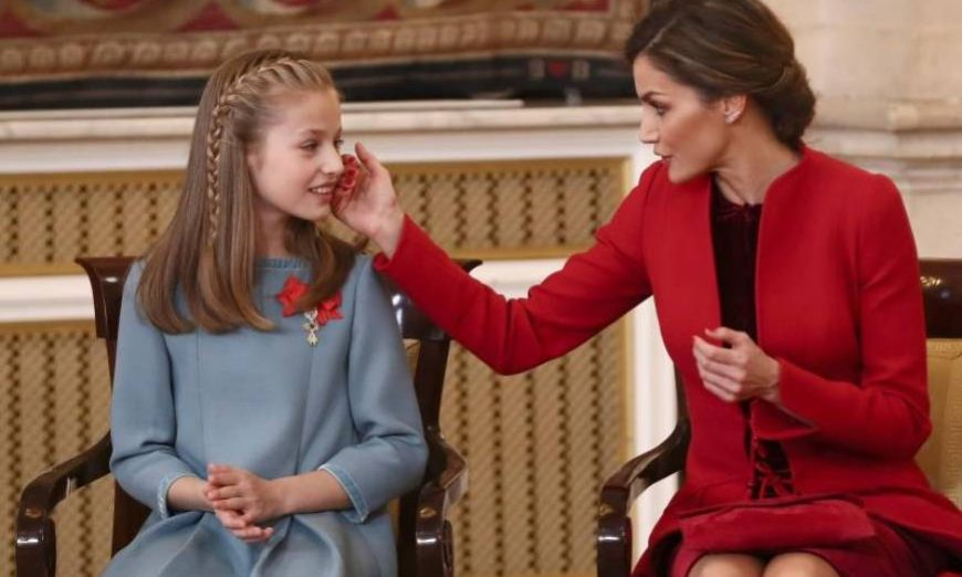 FOTOGRAFÍA. MADRID (ESPAÑA), 30.01.2018. La Reina Letizia junto a la Princesa Leonor (i) después de que el Rey Felipe VI le impusiera el Collar del Toisón de Oro. Efe