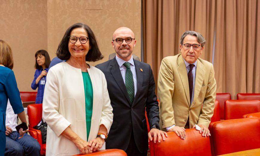 FOTOGRAFÍA. MADRID (ESPAÑA) CONGRESO DE LOS DIPUTADOS, 17.07.2019. Los tres eurodiputados de VOX, Jorge Buxadé (c), Mazaly Aguilar (i) y Hermann Tertsch (d) juran el cargo «por España». Ñ pueblo (2)