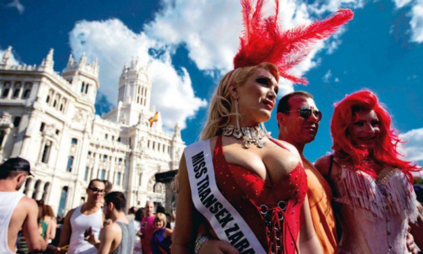 FOTOGRAFÍA. MADRID (ESPAÑA), Plaza de las Cibeles, julio de 2012. Un grupo de transexuales posa en la plaza de Cibeles durante la celebración del Orgullo Gay Madrid 2012. Efe