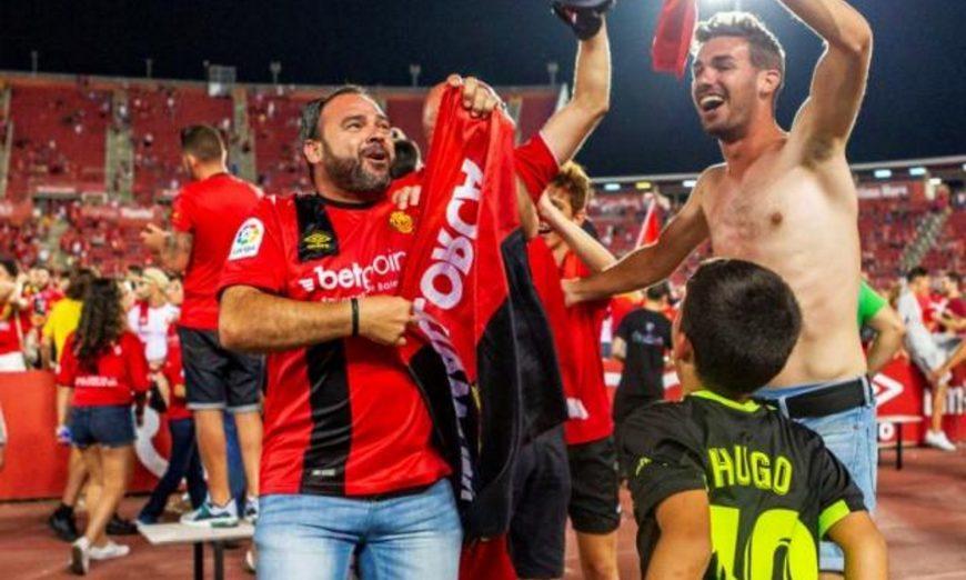 FOTOGRAFÍA. PALMA (MALLORCA), 23.07.2019. Aficionados del Mallorca celebran el ascenso de su equipo a LaLiga Santander, tras el partido ante el Deportivo. Efe.