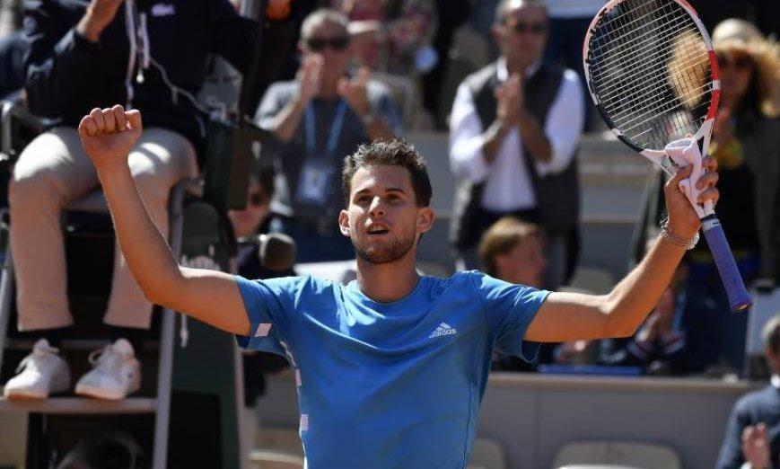 FOTOGRAFÍA. PARÍS (FRANCIA), 08.07.2019. El austríaco Dominic Thiem celebra un punto ante el serbio Novak Dokovic en la segunda semifinal de Roland Garros, París. Efe.