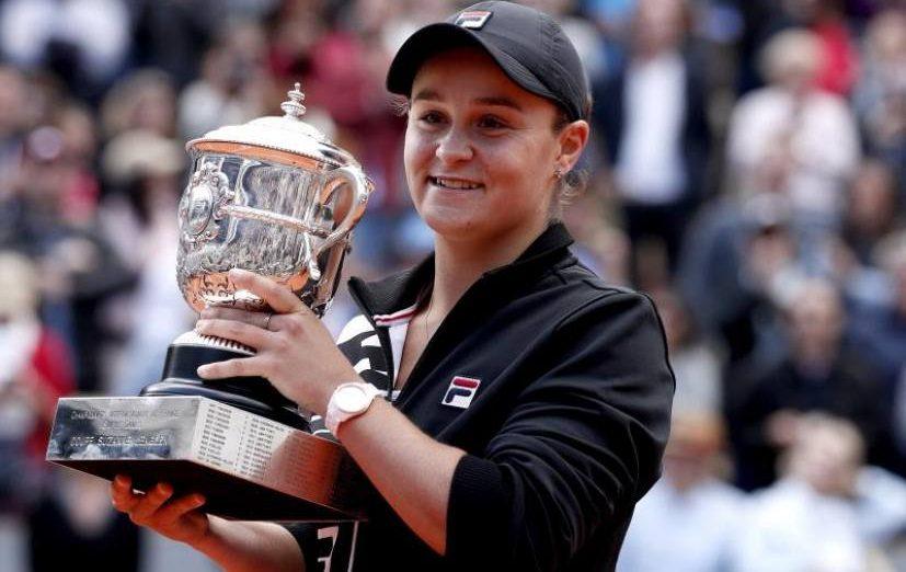 FOTOGRAFÍA. PARÍS (FRANCIA), 08.2019. La tenista australiana Ashleigh Barty levanta el trofeo tras ganar a la checa Marketa Vondrousova en Roland Garros, París. ) Efe.