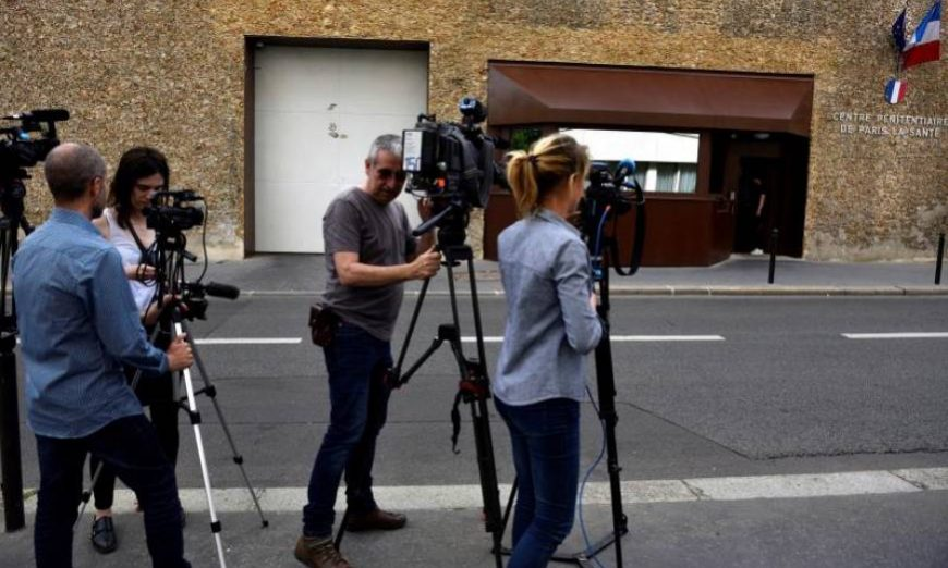 FOTOGRAFÍA. PARÍS (FRANCIA), 19.07.2019. Medios de comunicación se reúnen fuera de la prisión de La Sante para esperar la liberación de José Antonio Urrutikoetxea Bengoechea. Efe.