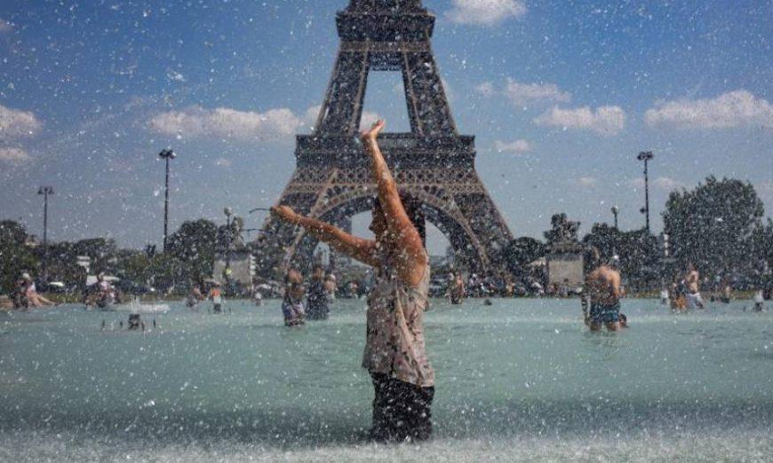 FOTOGRAFÍA. PARÍS (FRANCIA), 25.07.2019. Una mujer se refresca con el agua de la fuente de la Plaza del Trocadero, frente a la Torre Eiffel. Efe