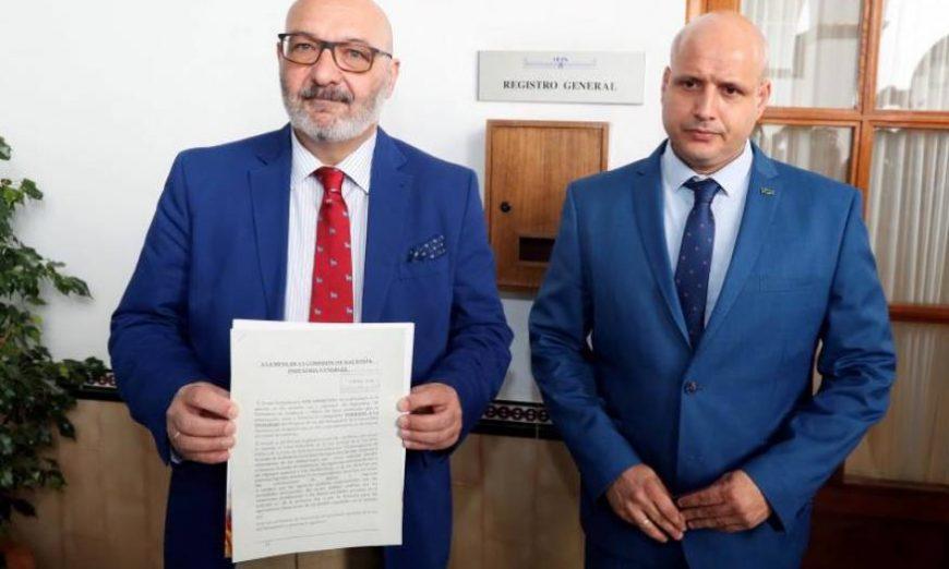 FOTOGRAFÍA. PARLAMENTO DE ANDALUCÍA. MES DE JUNIO DE 2019. El portavoz del grupo parlamentario de Vox en Andalucía, Alejandro Hernández (i). Efe