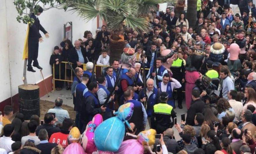 FOTOGRAFÍA. PLAZA CORIPE DE SEVILLA (ESPAÑA), 21.04.2019. Cientos de personas abarrotaron la plaza Coripe (Sevilla) para presenciar la fiesta de Quema del Judas. Efe