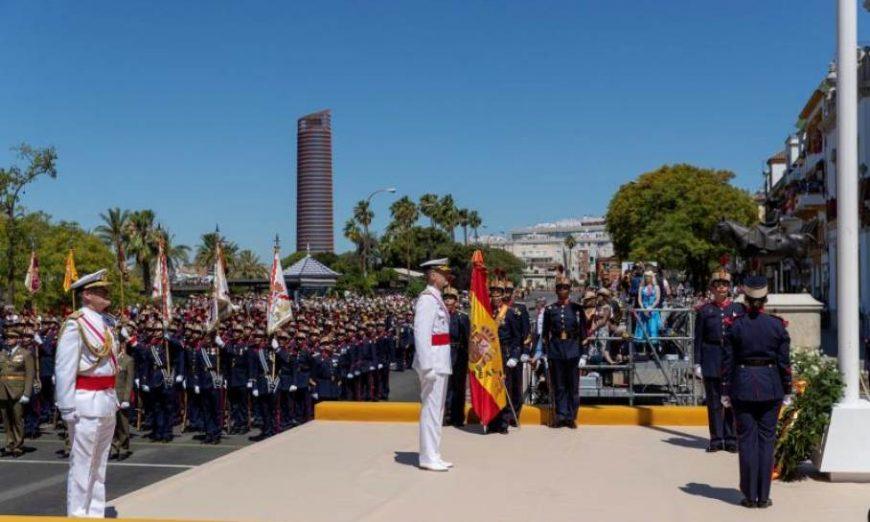FOTOGRAFÍA. SEVILLA (ESPAÑA), 01.06.2019. El rey Felipe durante el izado de la bandera, previo al desfile del «Día de las Fuerzas Armadas». Efe