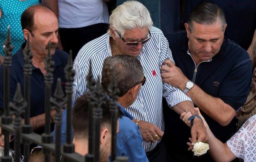 FOTOGRAFÍA. UTRERA (SEVILLA) ESPAÑA, 03.07.2019. El padre del futbolista José Antonio Reyes, fallecido en un accidente de tráfico, es ayudado por familiares. Efe