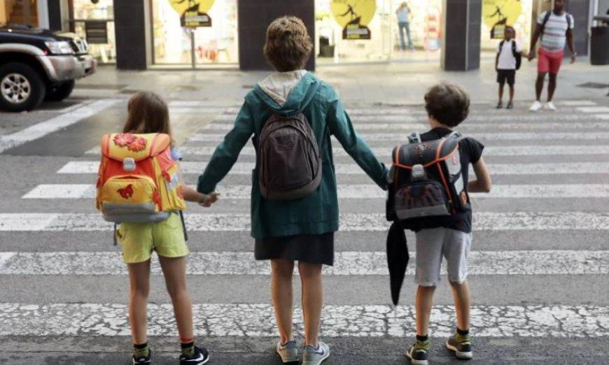 FOTOGRAFÍA. VALENCIA (ESPAÑA), AÑO 2019. na madre lleva a sus dos hijos al colegio durante el primer día de curso escolar en València. Efe.
