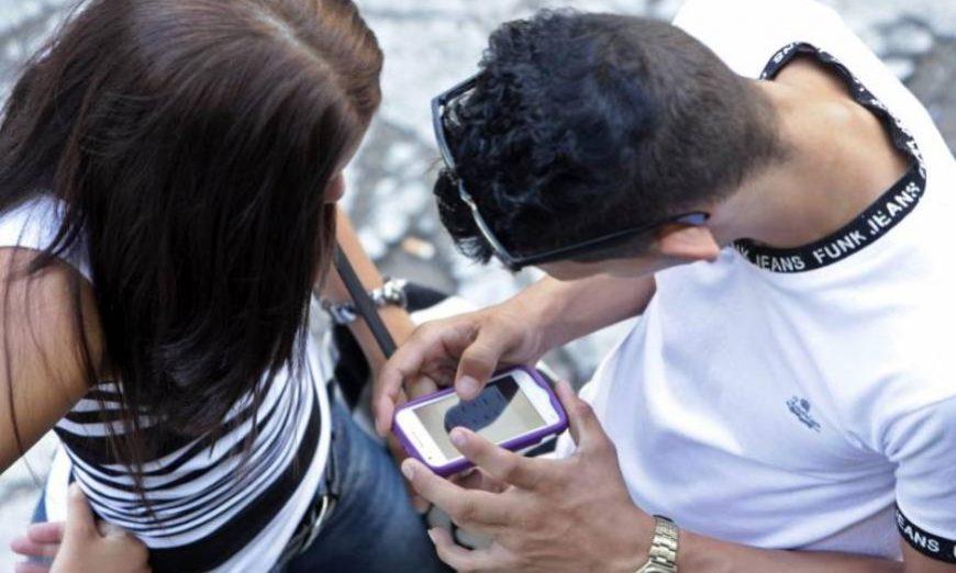 FOTOGRAFÍA. Vista de dos menores de edad consumiendo pornografía desde un teléfono móvil conectado a la red. Efe