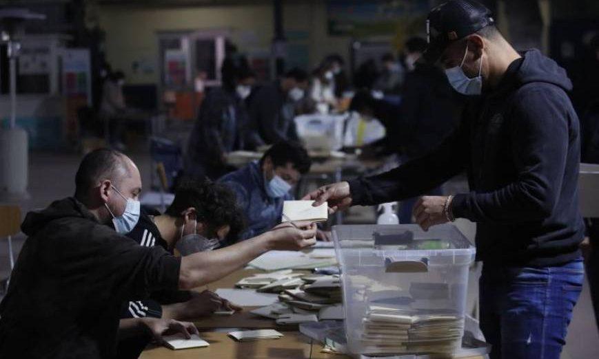 FOTOGRAFÍA. SANTIAGO DE CHILE (CHILE), 16.05.2021. Vocales de mesa fueron registrados este domingo al iniciar el conteo de votos, al cierre de las elecciones. Efe